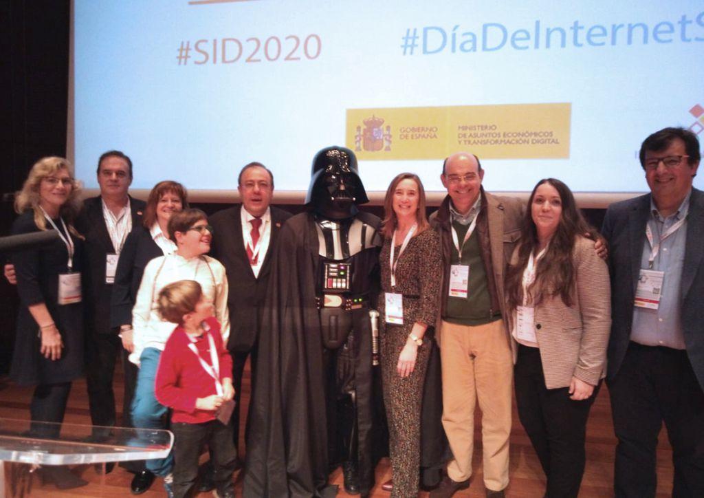 Asociados y familia junto con Raúl Elola, cibercooperante del 2019 en el #SID2020