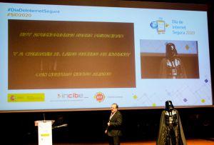 Rául Elola y Darth Vader en el Día de Internet Segura