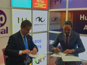 Fernando Mairata e Ignacio Vidal firmando el acuerdo de colaboración entre PETEC y Campus FP