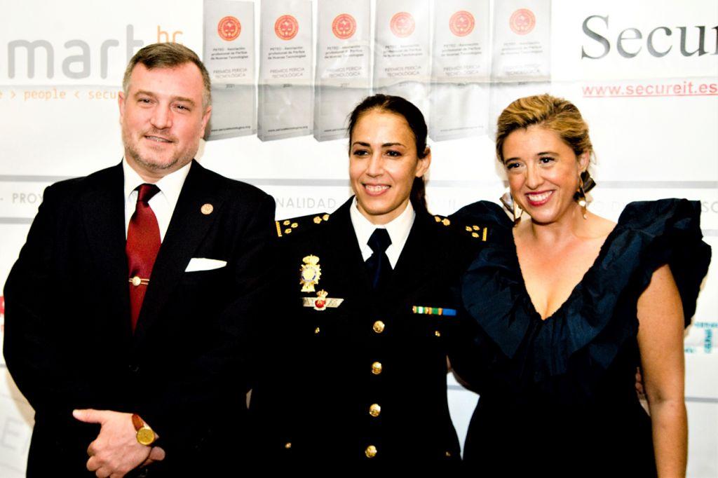 Photocall Premios Pericia Tecnologica: Luis Mairata, Silvia Barrera, Escarlata Gutierrez